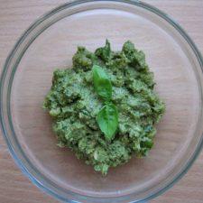 Zielone pesto z bazylii i orzechów włoskich