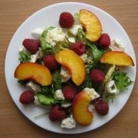 Sałatka z brzoskwiniami, malinami i serem feta