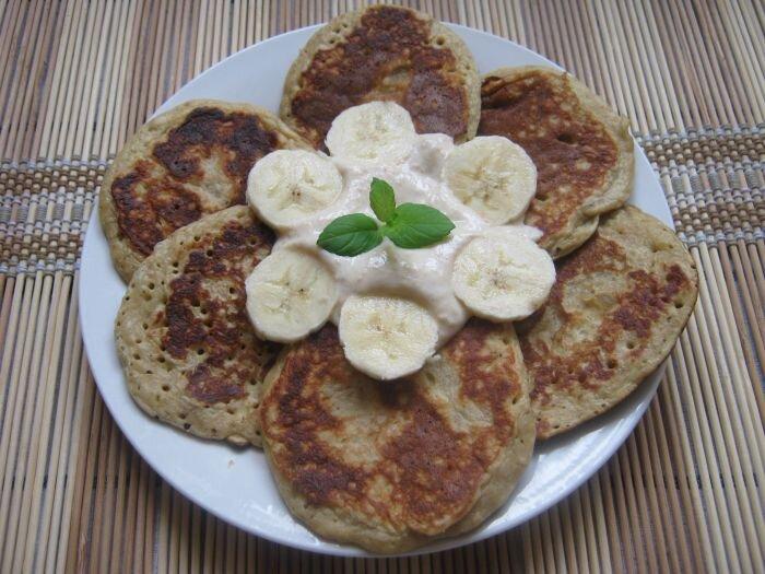 Placuszki owsiane z bananem i masłem orzechowym