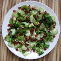 Sałatka z selerem naciowym, kiwi i granatem