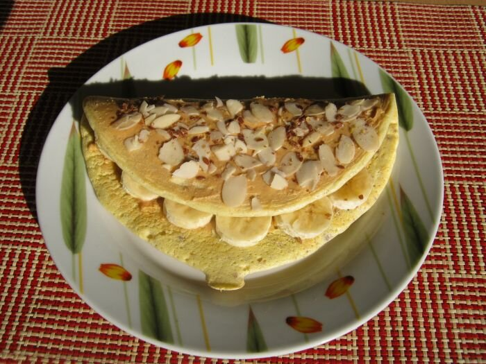 Bezglutenowy omlet z bananem i domowym masłem orzechowym