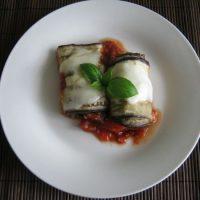 Roladki z bakłażana z pieczarkami i serem feta w sosie pomidorowym