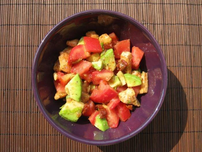 Sałatka z piersi z kurczaka, awokado i pomidorów