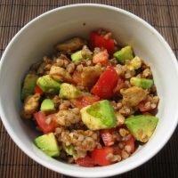 Sałatka z awokado, kurczakiem, pomidorami i kaszą gryczaną