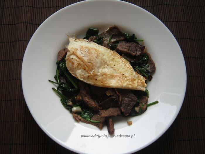 Wołowina z duszonym szpinakiem i jajko sadzone