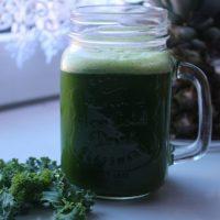 Zielony sok z jarmużu, selera i ananasa