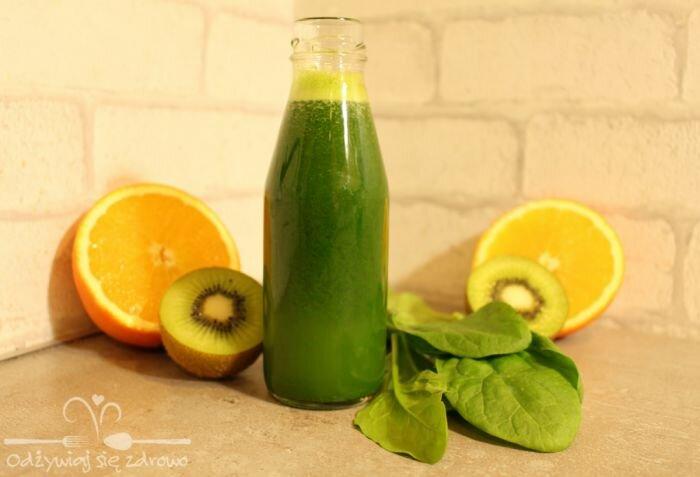 Zielony sok ze szpinaku, selera, kiwi i pomarańczy
