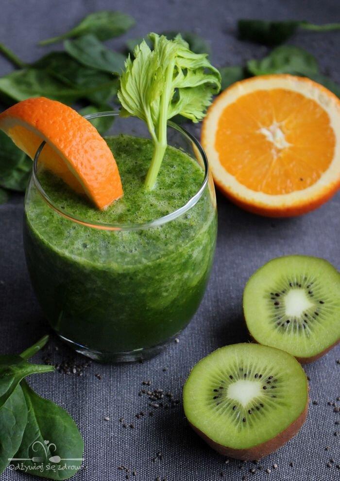 Zielony koktajl ze szpinakiem, pomarańczą, kiwi i selerem