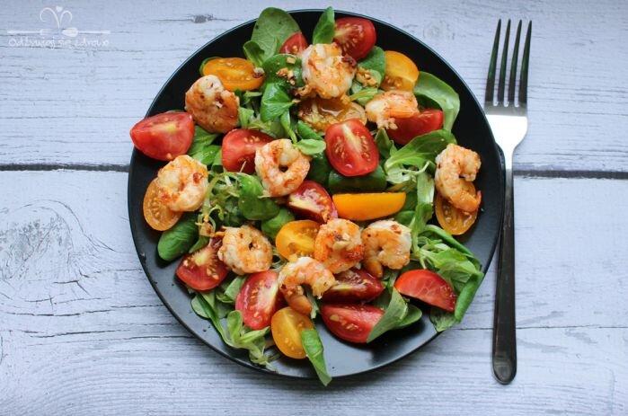 Sałatka z krewetkami i pomidorkami koktajlowymi