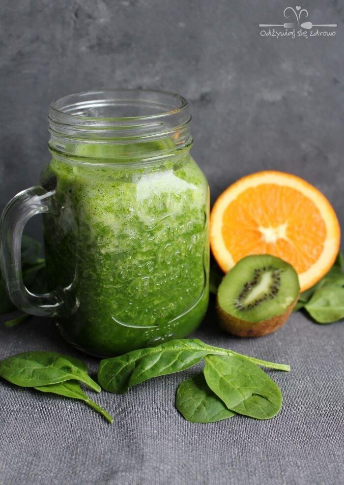 Zielony koktajl ze szpinakiem, kiwi i pomarańczą