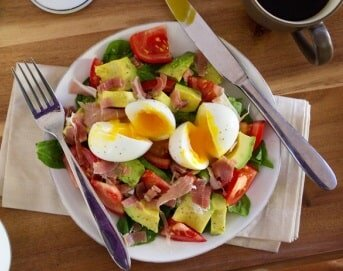 Szybka sałatka śniadaniowa - dieta w zespole policystycznych jajników (PCOS) - przykładowy jadłospis - banner