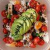 Sałatka z brokułem, jajkami, pomidorkami i awokado