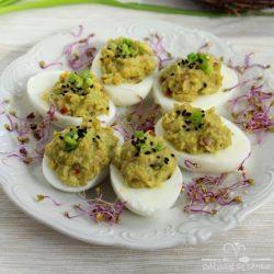Jajka faszerowane awokado i suszonymi pomidorami miniatura