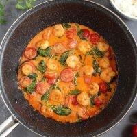 Obłędne krewetki w curry, z pomidorkami koktajlowymi i szpinakiem