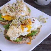 Kanapki z awokado i jajem