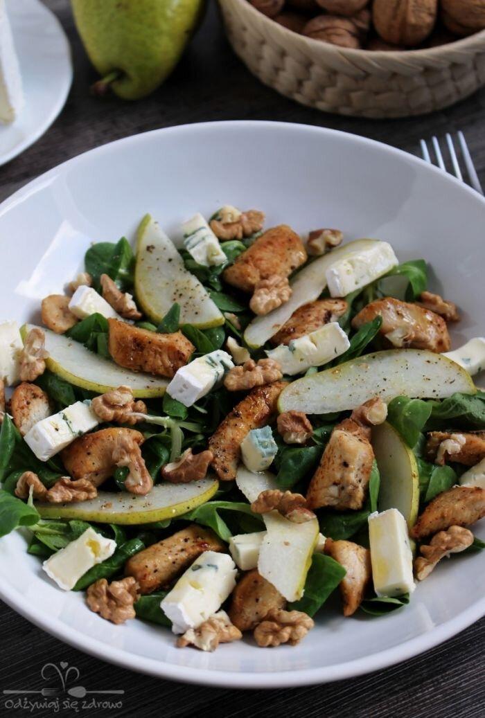 Sałatka z kurczakiem, gruszką i serem pleśniowym