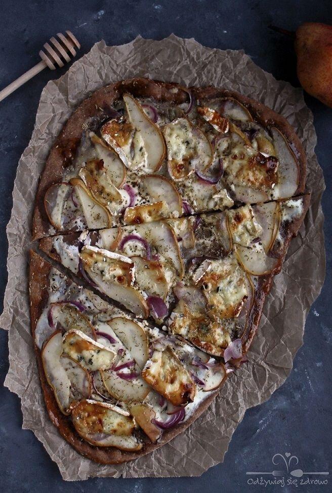 Flatbread z serem pleśniowym i gruszką
