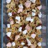 Sałatka makaronowa z pesto i łososiem
