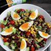 Sałatka z jajem, awokado, fasolą, kukurydzą