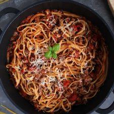 Makaron z sosem mięsno-pomidorowym