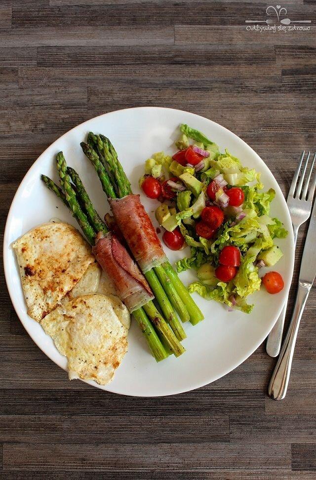 Szparagi w szynce parmeńskiej, jaja sadzone i sałatka