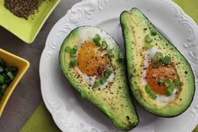 Jajo zapiekane w awokado - przykładowy jadłospis w Hashimoto