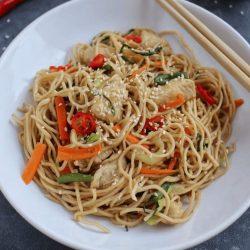 Makaron Chow Mein z kurczakiem i warzywami miniatura