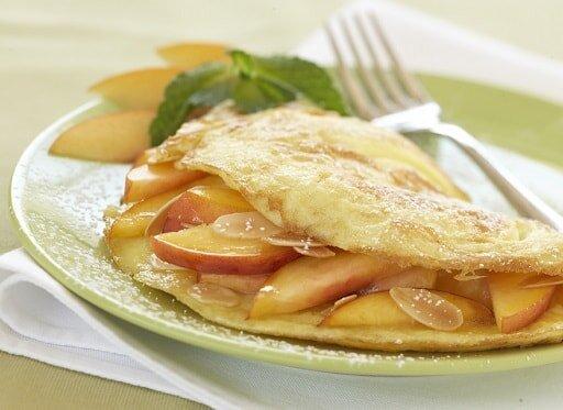 Omlet z bananem i brzoskwiniami - przykładowy jadłospis w Hashimoto