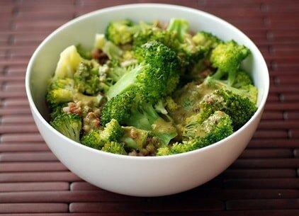 Sałatka brokułowa z kasza gryczaną - przykładowy jadłospis w Hashimoto