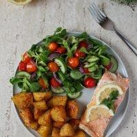 Ryba pieczona z ziemniaczkami i sałatką