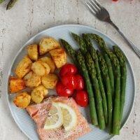 Pstrąg łososiowy pieczony z ziemniaczkami i szparagi