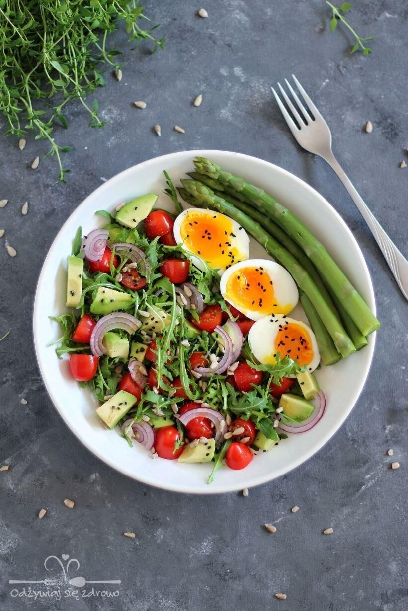 Szybkie śniadanie z jajami i szparagami