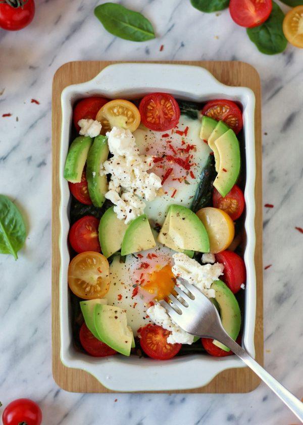 Jaja zapiekane ze szpinakiem i serem kozim