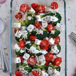Sałatka z brokułem, pomidorkami i serem sałatkowym