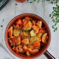 Jednogarnkowe danie z kurczakiem, marchewką, ziemniakami i cukinią