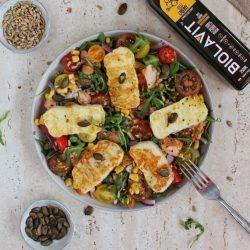 Sałatka z wędzonym łososiem, halloumi i dressingiem z olejem lnianym miniatura