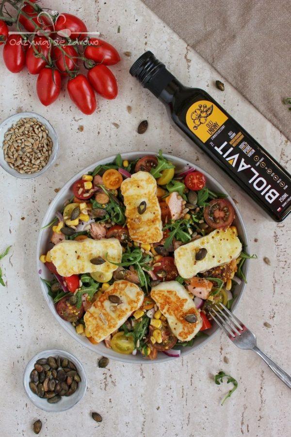 Sałatka z wędzonym łososiem, halloumi i dressingiem z olejem lnianym