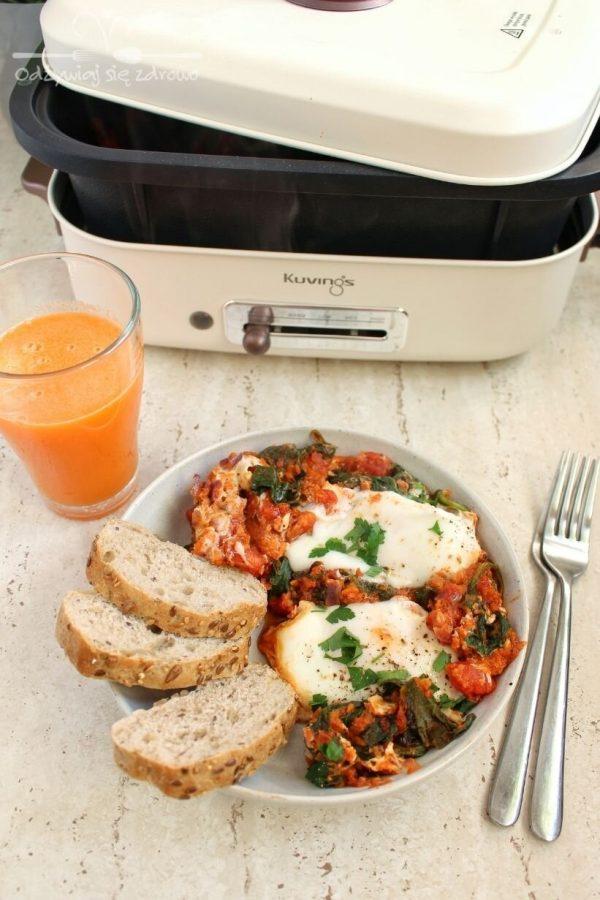 Szakszuka ze szpinakiem, pomidorami i marchewką