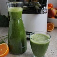 Zielony sok z brokułami, szpinakiem, jabłkiem i pomarańczą