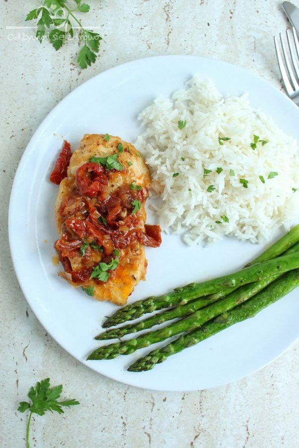 Piersi kurczaka z suszonymi pomidorami w maślanym sosie