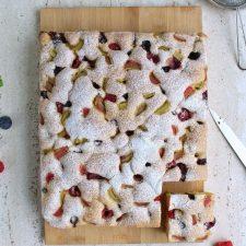 Puszyste ciasto z owocami i rabarbarem