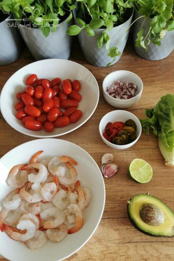 Przygotowanie składników do lekkiej sałatki z krewetkami i awokado