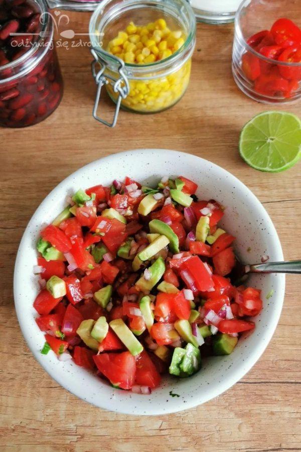 wymieszanie składników meksykańskiej miski