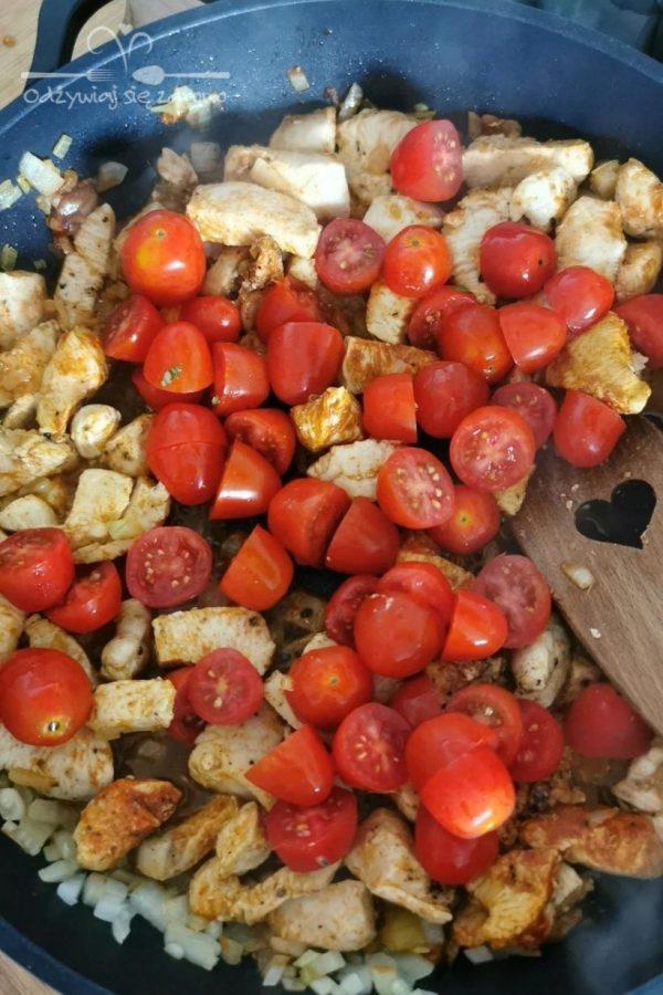 dodanie pomidorków na patelnie