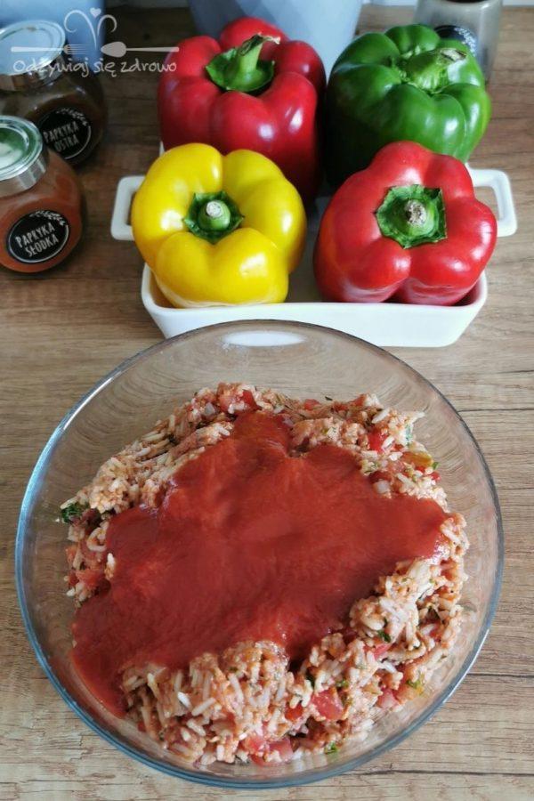 Dodanie passaty pomidorowej do wymieszanych składników