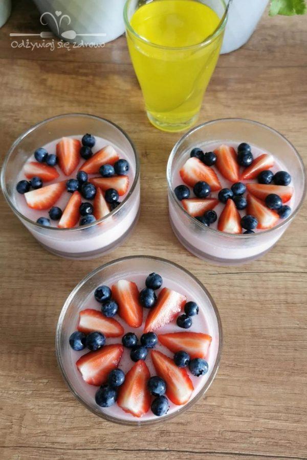 Przygotowanie serniczków na zimno z galaretką i owocami