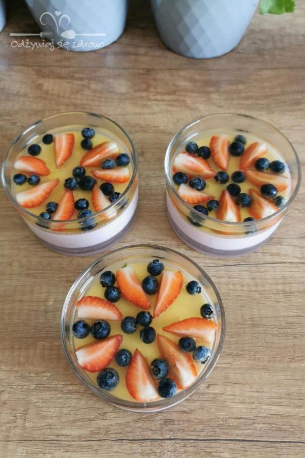 Serniczki na zimno z galaretką i owocami do włożenia do lodówki