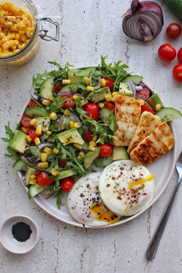 Śniadaniowy talerz z jajkami sadzonymi