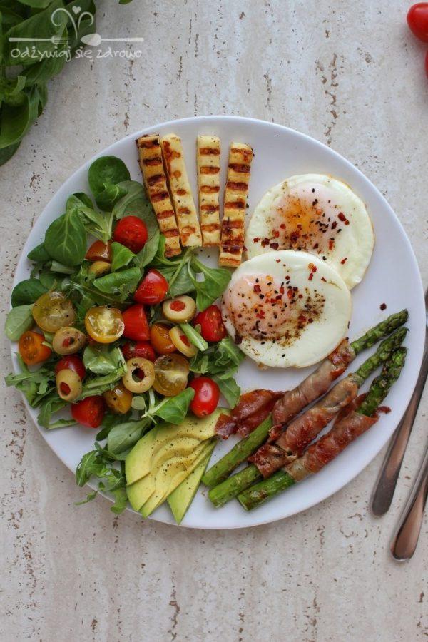 Śniadaniowy talerz ze szparagami