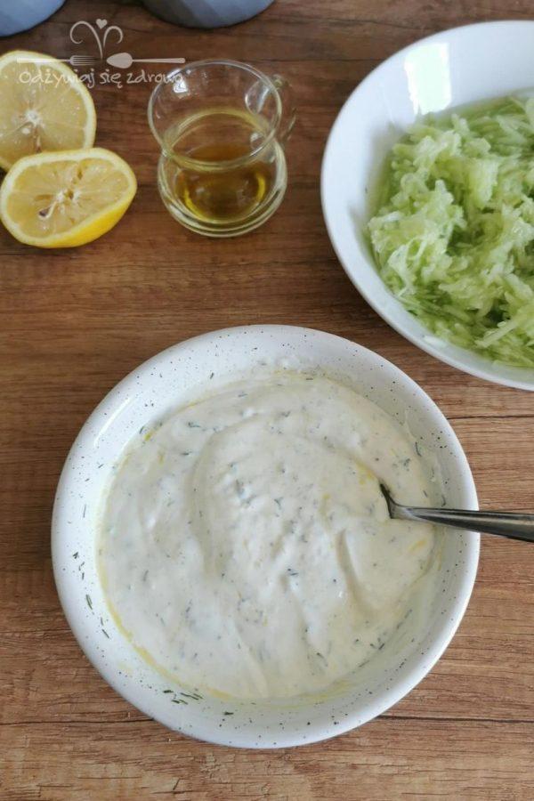 wymieszenie składników klasycznego sosu tzatziki w miseczce